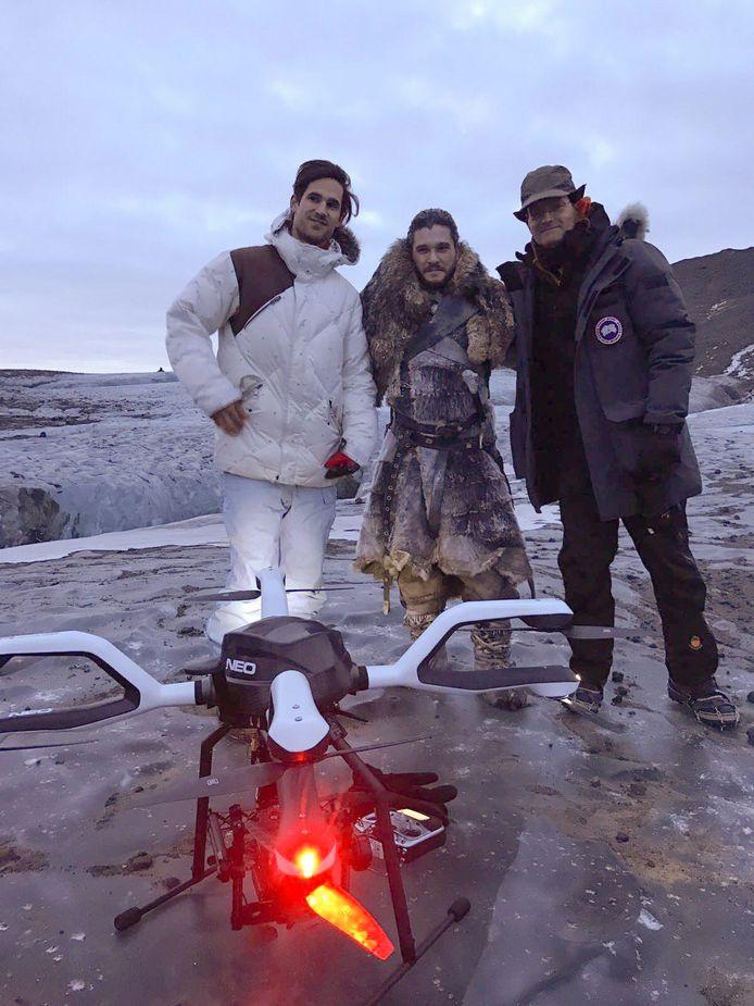 Eigenaar Jorrit Linders met acteur Kit Harrington (midden) die als Jon Snow een van de hoofdrollen heeft in Game of Thrones.