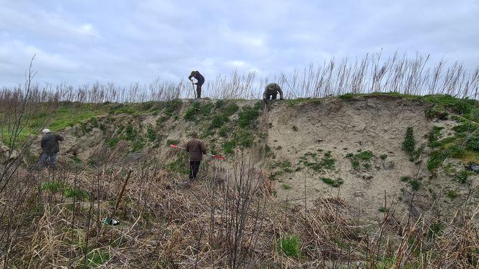 De vegetatie werd weggehaald en de zandwand werd steiler gemaakt.