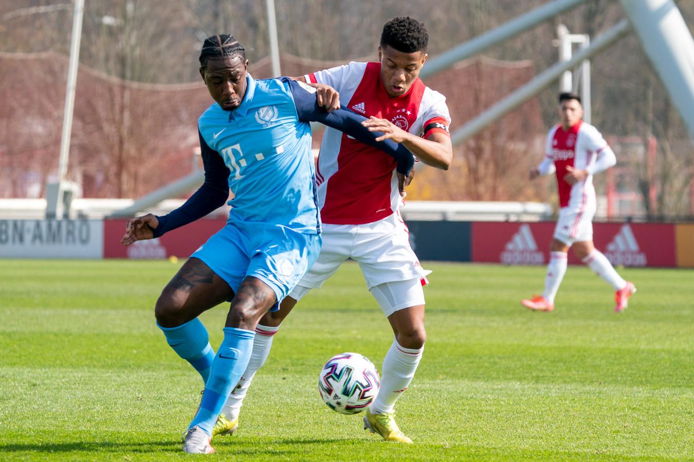 Eljero Elia in duel met David Neres, in een oefenduel tussen Ajax en FC Utrecht in de interlandperiode. Ajax won in Amsterdam met 2-1.