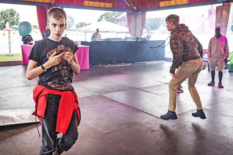 Jongeren op Milkshake festival in het Westerpark in Amsterdam. Beeld Guus Dubbelman / de Volkskrant