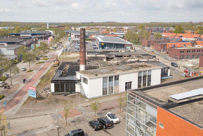 Het vorige week afgebrande complex van de voormalige Renault-garage en voormalige melkfabriek.