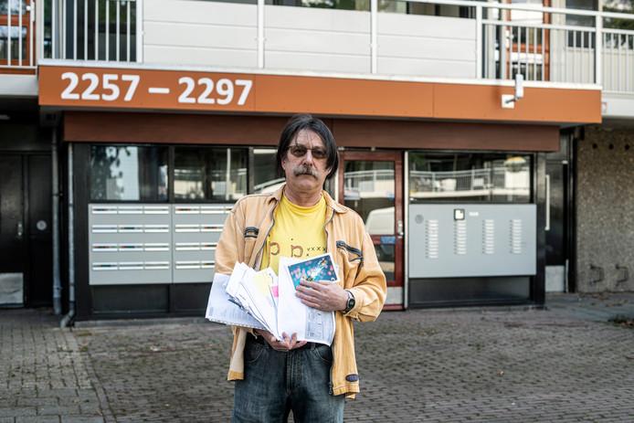 Tini Heijnen uit de Nijmeegse wijk Zwanenveld wordt naar eigen zeggen al jaren gepest. Hij krijgt stapels post, ongefrankeerde brieven en zelfs poep in zijn brievenbus.