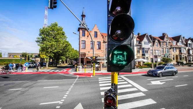 """Eerste 'vierkant groen'-licht in West-Vlaanderen staat op Brugs zwart kruispunt: """"Voetgangers en fietsers hebben hier altijd voorrang"""""""