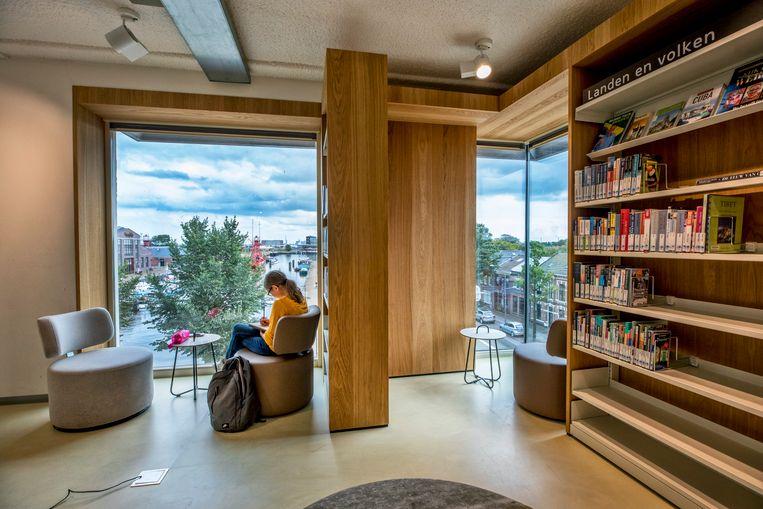 Een zithoek van Bibliotheek School 7. Beeld Raymond Rutting / de Volkskrant