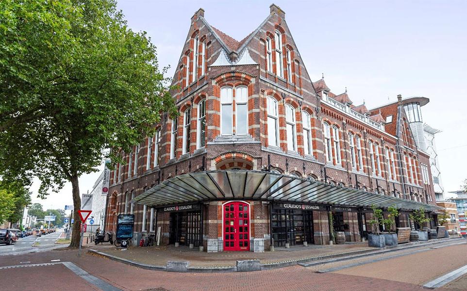 In het voormalige postkantoor komen zeventien appartementen, die de kopers zelf moeten afbouwen: casco kluswoningen voor starters.