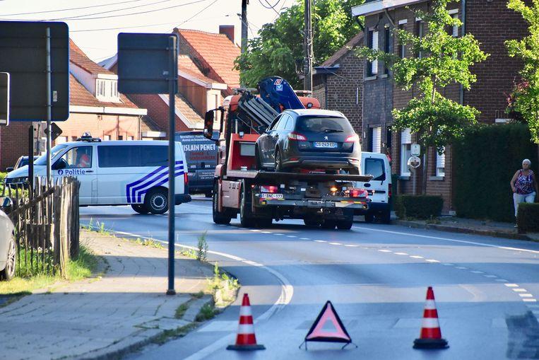 Ook de Peugeot van de Franse aanrijder moest worden getakeld, na het ongeval langs de Brugseweg in Poelkapelle.