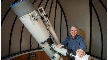 """Gekende amateur-astronoom (89) en vader van zeven dochters overlijdt aan corona: """"Kwaad omdat we papa op deze manier verliezen"""""""