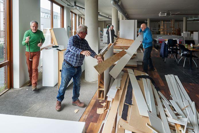 Het Kunstation Uden moet wijken voor het nieuwe prikstation van de GGD Hart voor Brabant. Op de foto vlnr. Harrie van Genugten, Ad Heijneriks, Dolf de Mooy en Jac Janssen bezig met de sloop van alle wanden waar jarenlang kunst aan te zien was.
