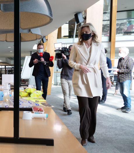 Minister Ollongren test coronaproof stembureau: 'Veiliger dan boodschappen doen bij de supermarkt'