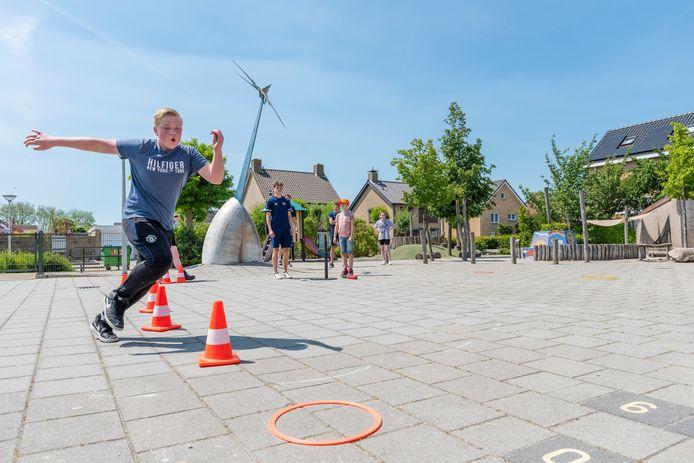 In Kruisland organiseert jongerenwerk Steenbergen een middag hindernisslagbal.