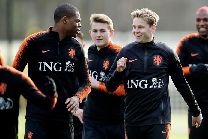 Denzel Dumfries, Matthijs de Ligt, Frenkie de Jong en Ryan Babel tijdens de training van Oranje.