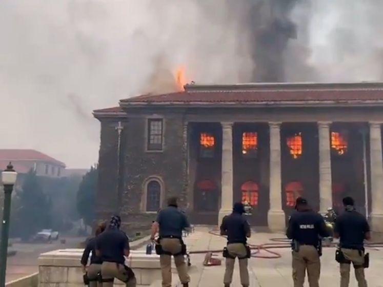 Universiteit van Kaapstad brandt deels af bij enorme natuurbrand Tafelberg