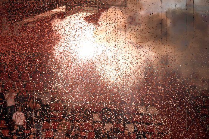 Confetti vuurwerk op de Bunnikside bij de wedstrijd tussen FC Utrecht en PEC Zwolle in Stadion Galgenwaard.