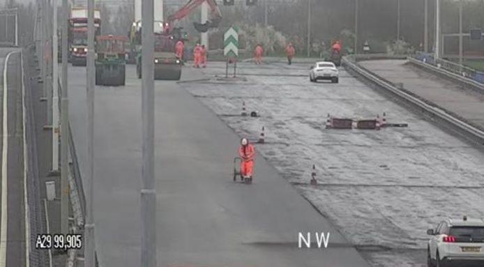 De A29 richting Rotterdam is langer dicht dan verwacht vanwege slijtage aan het wegdek.
