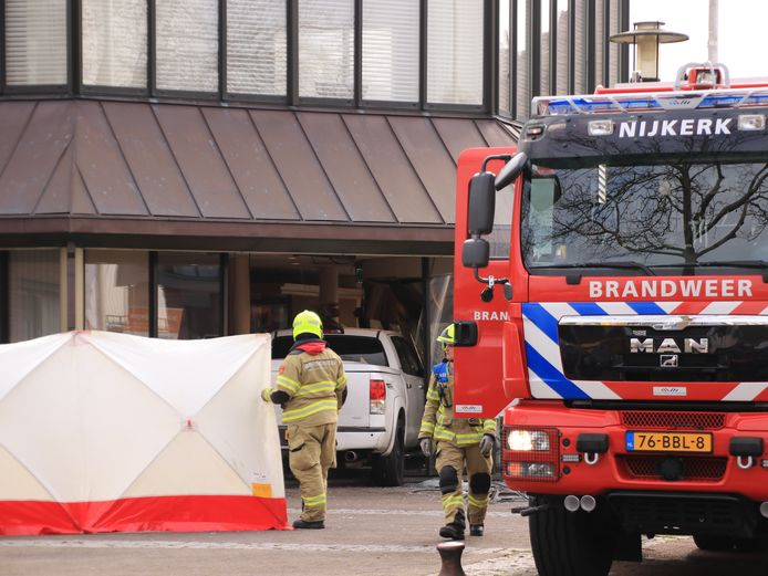 De hoofdingang en de ontvangstbalie raakten zwaar beschadigd.