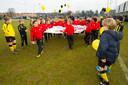 Sterrentoernooi bij HVV in Den Haag. HVV begroet PSV bij de opening.