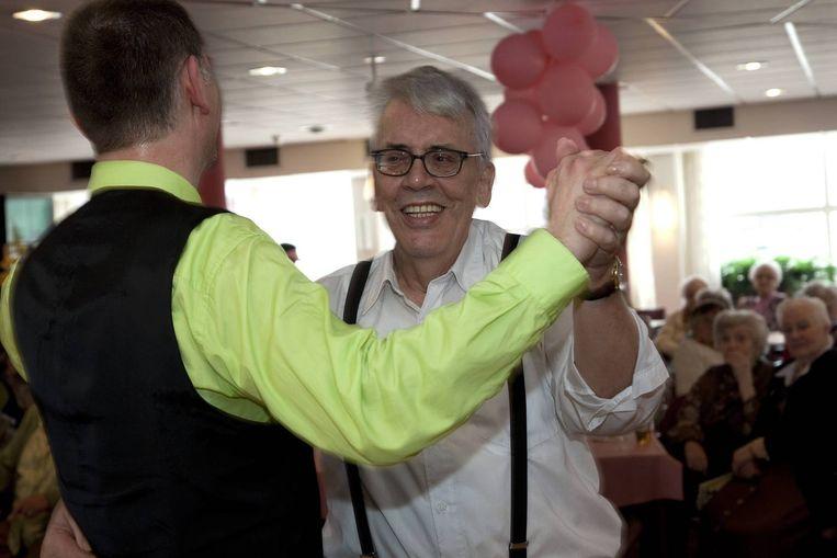De openlijk homoseksuele bewoner Rick Mus aan de zwier met de dansinstructeur Volker Hanke bij de homo stijldansdemonstratie.<br /> <br /> Beeld