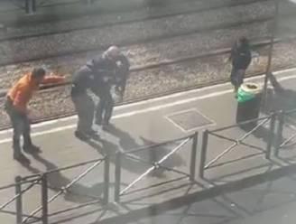 Video toont hoe politie kind weghaalt bij neergeschoten verdachte in Schaarbeek