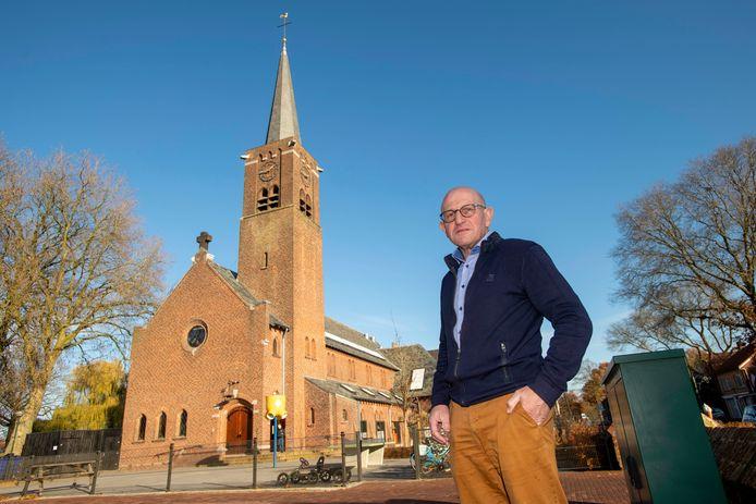 Ad van de Wouw voor de kerk van Esbeek, waarin nu de basisschool zit.