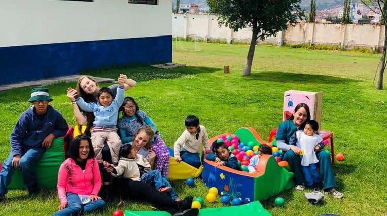 Maya Nelubin met de kinderen van de instelling in Peru