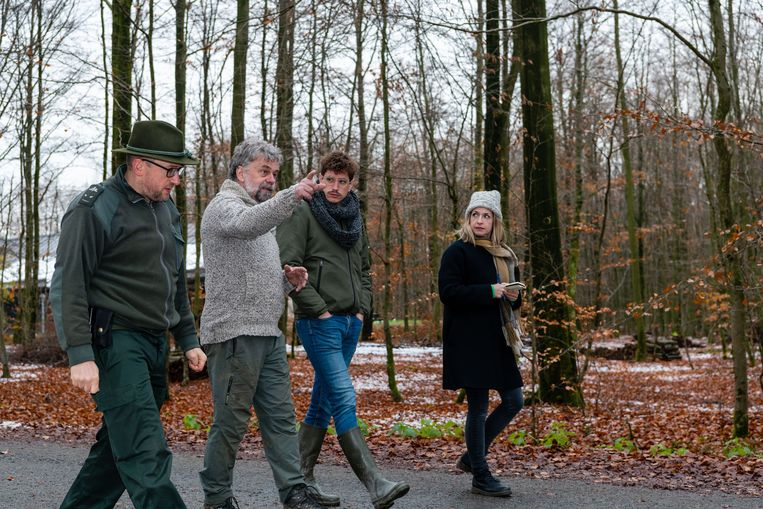 Met Gérard Jadoul (grijze trui), coördinator van Nassonia, op stap in het bos van Saint Michel Freyr: 'We willen echte wildernis creëren.'   Beeld ID/ Igor van de Poel
