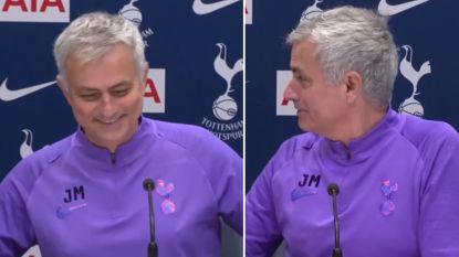 """Mourinho zorgt voor hilariteit wanneer hij plots zichzelf begint te interviewen: """"Mogen we nog transfers verwachten?"""""""
