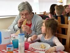 Dieke helpt met pannenkoeken bakken voor oma