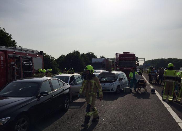 Ravage op de A326 na het ongeval tussen een vrachtwagen en meerdere auto's.