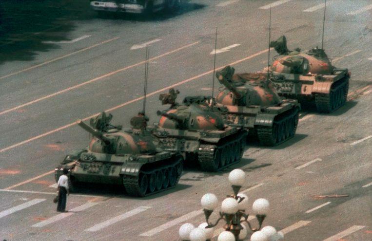 De beroemdste foto van de protesten in 1989, waarop een protesterende man een kolonne tanks op het Tiananmen-plein confronteert. Beeld AP