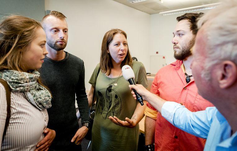 Donorkinderen Merel-Lotte Heij, Joey Hoofdman, Wilma Huisman en Yonathan Heij worden geïnterviewd door de NOS, na afloop van de uitspraak in het kort geding over de afname van DNA-materiaal van Jan Karbaat. Beeld ANP