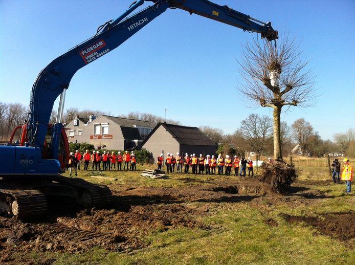 De plataan uit Heesch wordt bij Heeswijk herplant als 'samenwerkingsboom'. Op de achtergrond het te slopen restaurant De Barones.