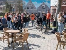 Feestje op Zierikzees Plein Montmaertre buiten de regels om; 'We hebben allemaal een bijbel mee'