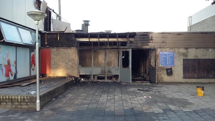 Grote schade aan de Martinus van Beekschool in Nijmegen na een felle brand, 's nachts.