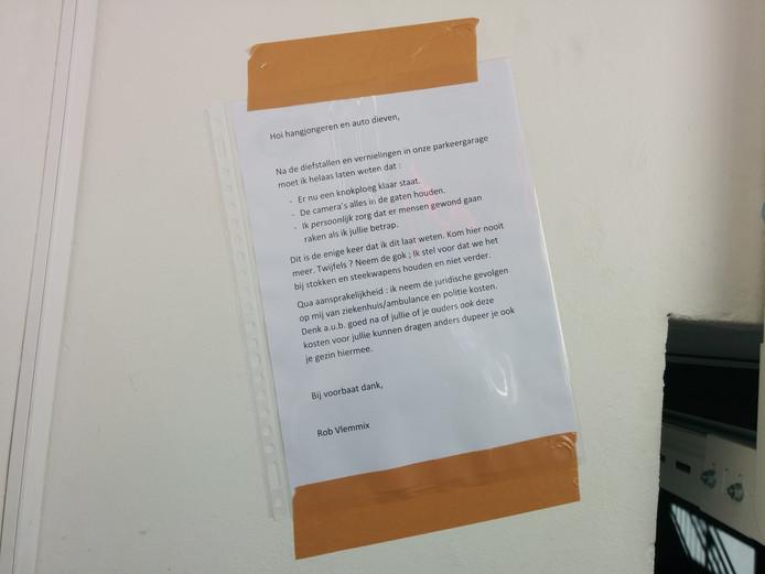 De brief van Vlemmix die in de parkeergarage hangt.
