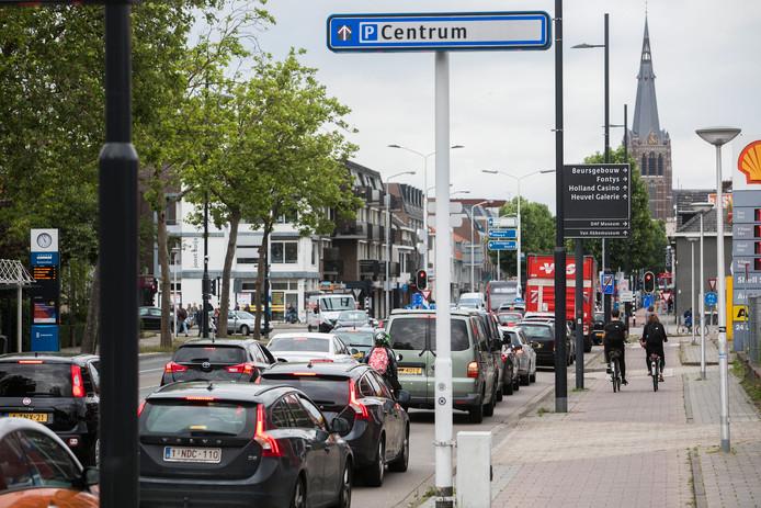 Autoverkeer, zoals hier op de Aalsterweg in Eindhoven, draagt 50 tot 70 procent bij aan de luchtverontreiniging.