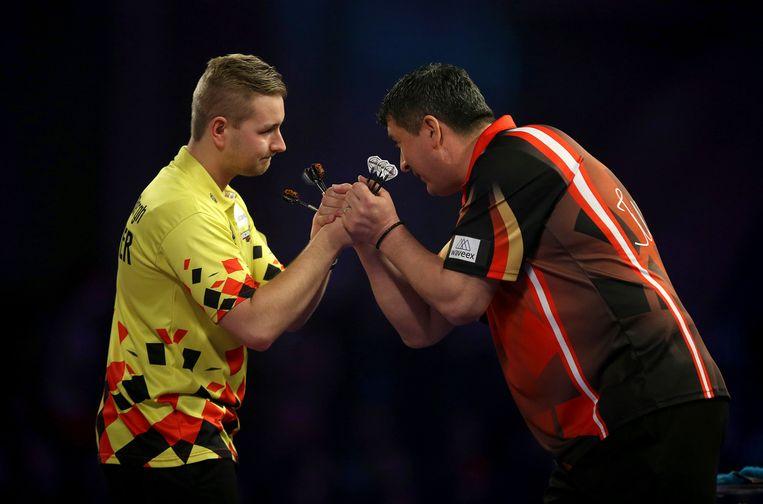 De talentvolle Antwerpenaar Dimitri Van den Bergh (links) groet Mensur Suljovic in de achtste finale. Het werd 4-0. Beeld AP