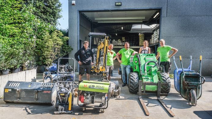 Het team van Tuinen Vromant met hun materiaal. In hun thuisbasis in Moen, vlak voor het vertrek naar Barvaux