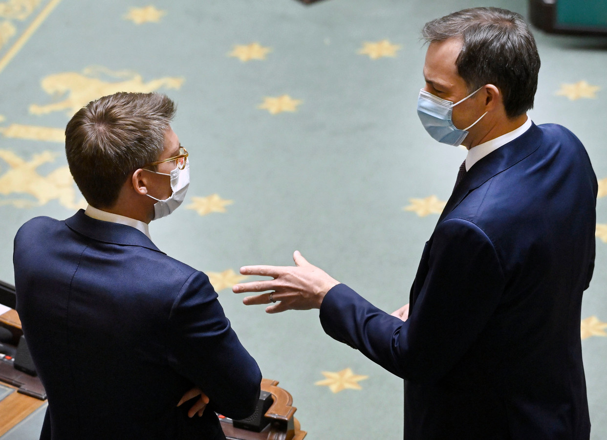 Le Premier ministre Alexander De Croo (Open VLD) discute avec son ministre de l'Economie et du Travail Pierre-Yves Dermagne (PS) à la Chambre.