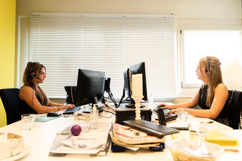 Vrijwilligers van de kindertelefoon aan het werk. Beeld Katja Poelwijk