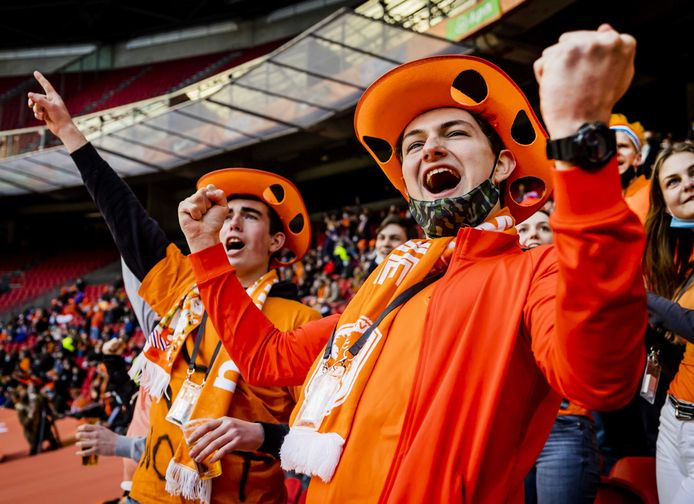 Toeschouwers bij de WK-kwalificatiewedstrijd Nederland-Letland. Het event valt onder een reeks van proefevenementen waarbij Fieldlab onderzoekt hoe grote evenementen veilig kunnen plaatsvinden in coronatijd.