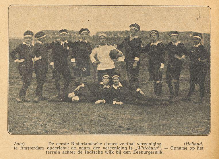 Het eerste vrouwenelftal (dat bekend is, althans). De fotograaf is onbekend, ook na lang zoeken door het Stadsarchief Amsterdam. Beeld Stadsarchief Amsterdam
