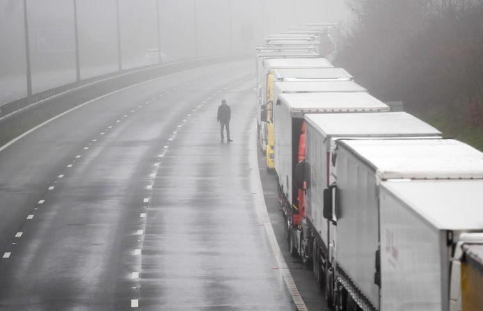 Meer dan 10.000 buitenlandse werknemers zullen tijdelijk in het Verenigd Koninkrijk mogen werken als vrachtwagenchauffeur en in de levensmiddelensector.