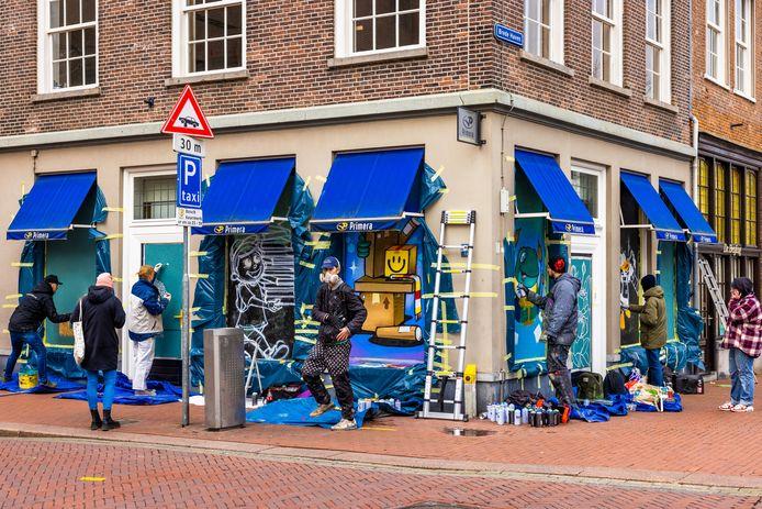 De Primera op de hoek Visstraat Brede Haven werd opgepimpt door kunstenaars van Kings of Colors.
