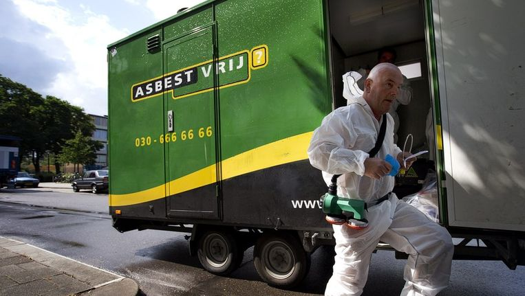 Een medewerker van asbestsaneringsbedrijf Oskam heeft beschermende kleding aangetrokken voor zijn werk op Kanaleneiland, Beeld anp