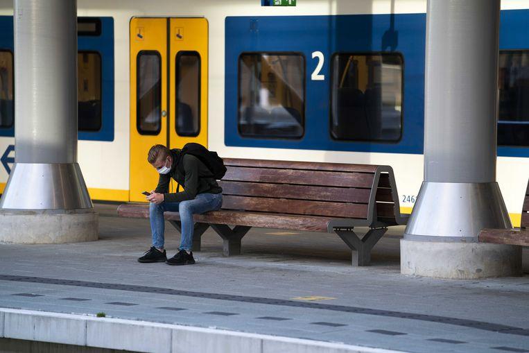 Een reiziger op het perron van Utrecht Centraal op een eerdere datum.  Beeld ANP