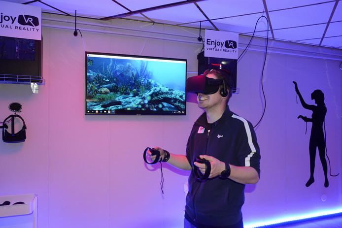 Instructeur Rickey beweegt zich door de virtuele onderwaterwereld.