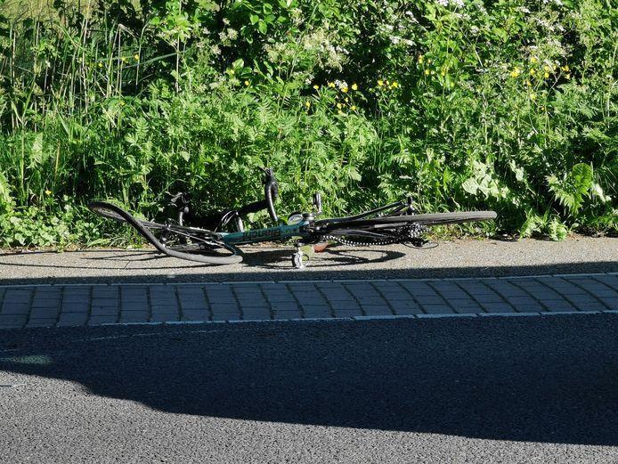 Bij een ongeluk in Bennekom is dinsdagavond een wielrenner zwaar gewond geraakt. De fiets raakte zwaar beschadigd.