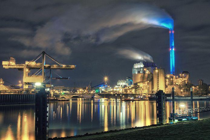 Een sfeervolle avondopname van het industriegebied, gezien vanaf Weurt: de andere kant van Nijmegen.