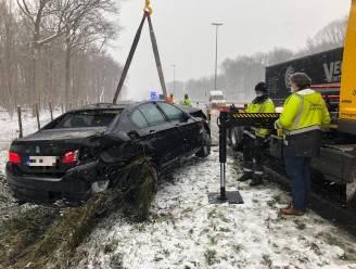 Sneeuw maakt wegen verraderlijk: automobilist verliest controle op E40 en botst tegen vangrail