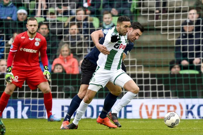 FC Groningen-speler Mimoun Mahi in duel met Sparta speler Sander Fischer.